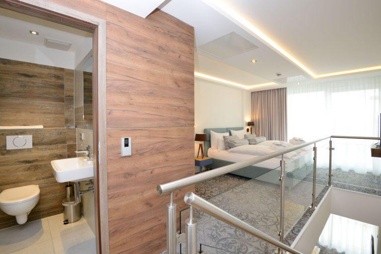 Maisonetten Schlafzimmer und Badezimmer